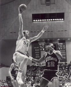 Kent_Benson_attempts_a_hook_shot_over_Ken_Ferdinand