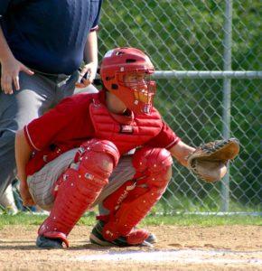 Un catcher o receptor de béisbol durante el juego